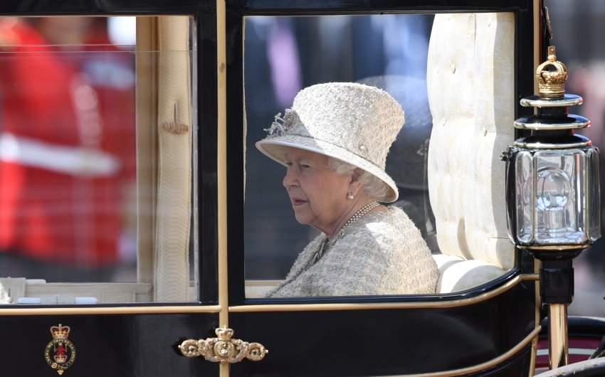 البيزابيث الثانية في عربتها الملكية إي بي أية