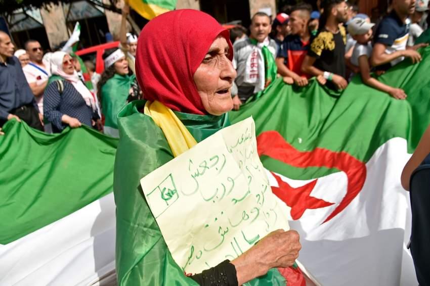 متظاهرون جزائريون يرفضون الانتخابات والحل الدستوري. (أ ف ب)
