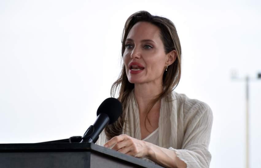 أنجلينا جولي خلال تحدثها في كولومبيا بصفتها مبعوثة خاصة للمفوضية السامية للأمم المتحدة لشؤون اللاجئين