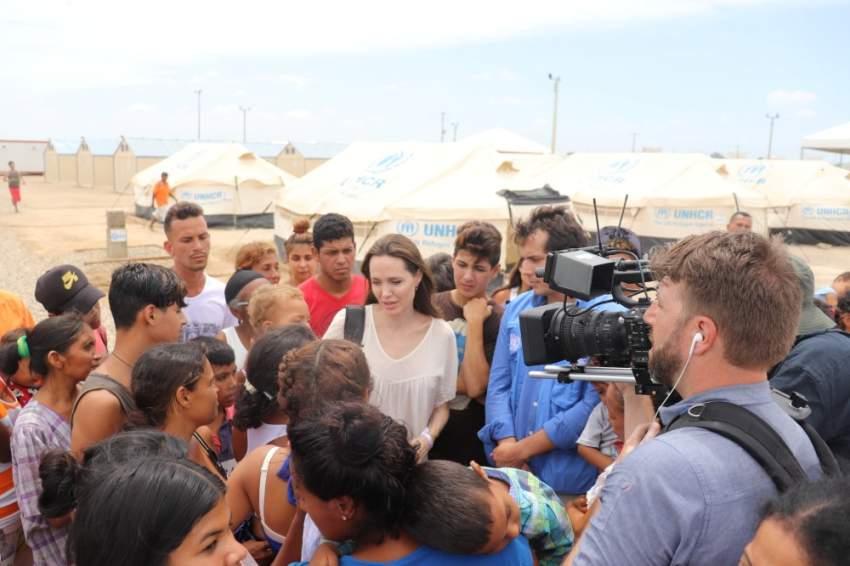 أنجلينا جولي خلال وصولها لأحد مخيمات اللاجئين في مدينة قرطاجنة