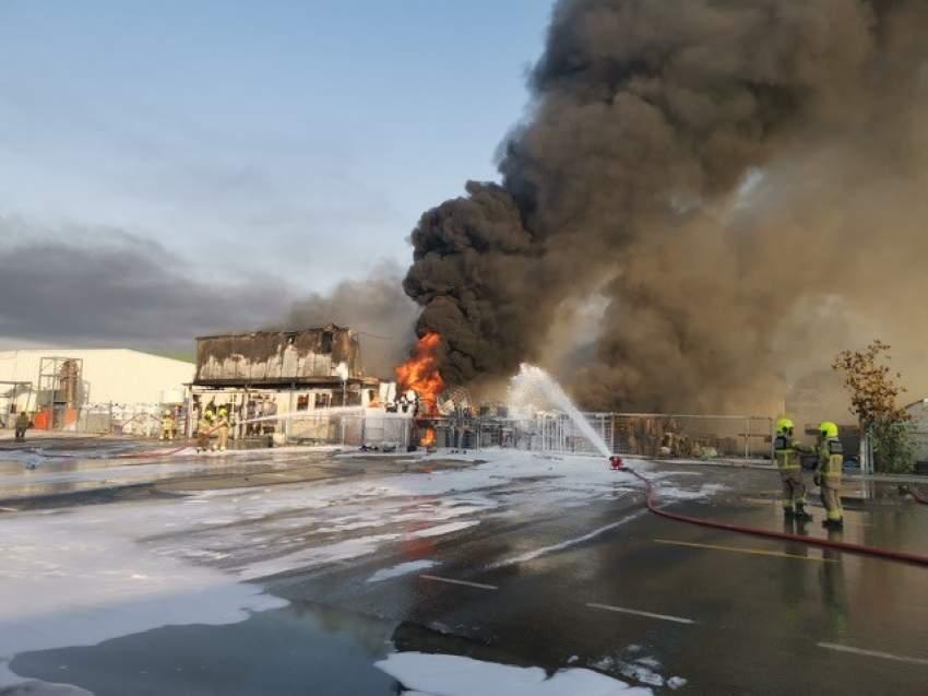 فرق الدفاع المدني خلال إخمادها حريقاً في دبي. (الرؤية)