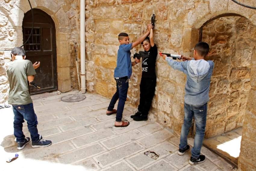 أطفال فلسطينيون في مدينة الخليل. (أ ف ب)