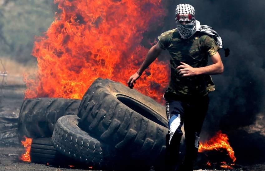 شاب فلسطيني خلال مواجهات مع قوات الاحتلال قرب نابلس. (أ ف ب)