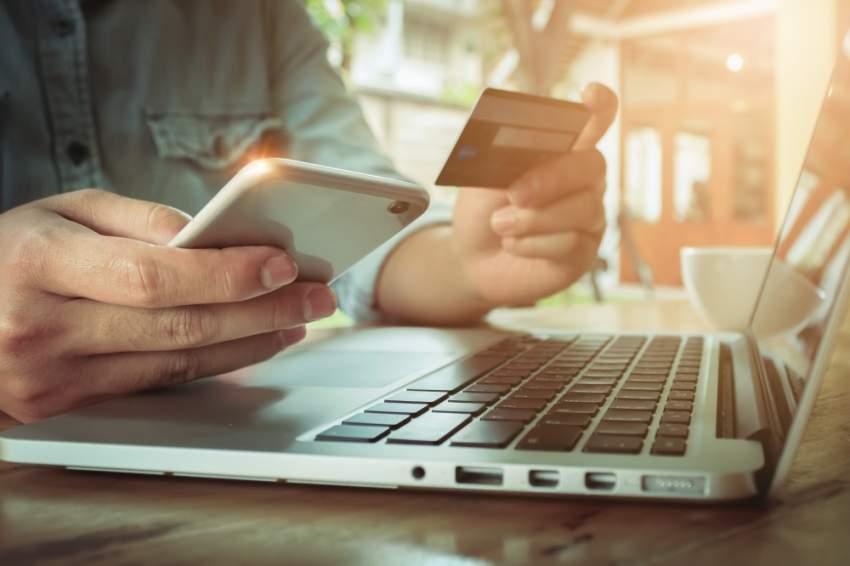 تقنيات الاتصالات الحديثة أصبحت مفضلة لدى متعاملي البنوك. (الرؤية)