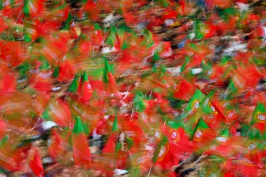 آلاف المشجعين في الملعب يحملون أعلام البرتغال