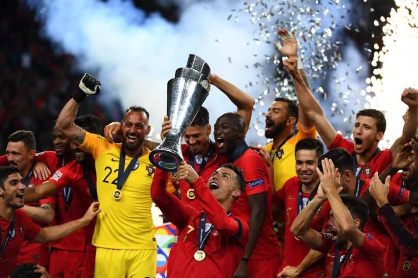 لاعبو البرتغال يحملون الكأس الأوروبية