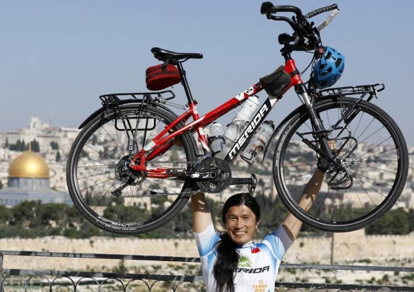 تايواني يتخلى عن عمله ليجوب العالم على دراجته