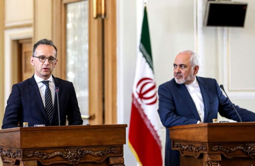 هايكو ماس وجواد ظريف خلال مؤتمر صحافي في طهران. (أ ف ب)
