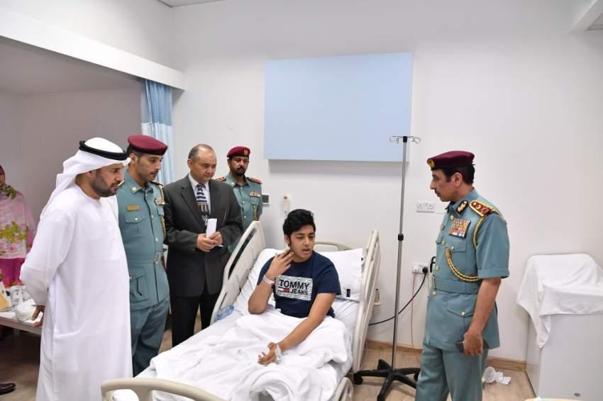 خلال زيارة الفريق المحلي لإدارة الطوارئ والأزمات في عجمان المصابين بالحادثة. (الرؤية)