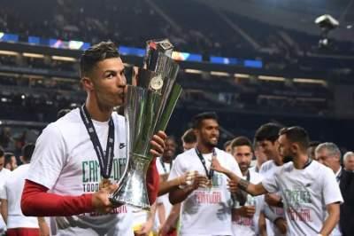 كريستيانو رونالدو يقبل الكأس احتفالاً بالفوز