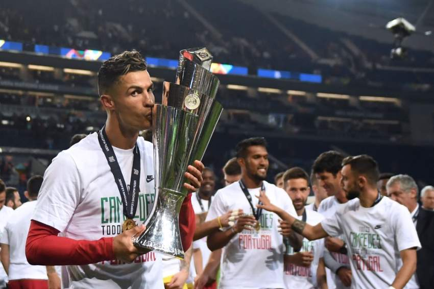 رونالدو مقبّلاً درع دوري الأمم الأوروبية أمس الأول. (أ ف ب)