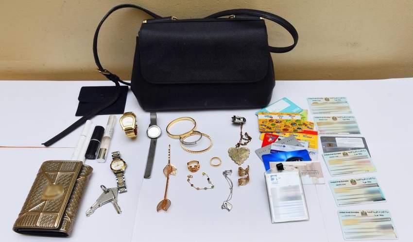 شرطة الشارقة تلقي القبض على سارقة حقائب نسائية وتستعيد مسروقات بقيمة ثلاثين ألف درهم