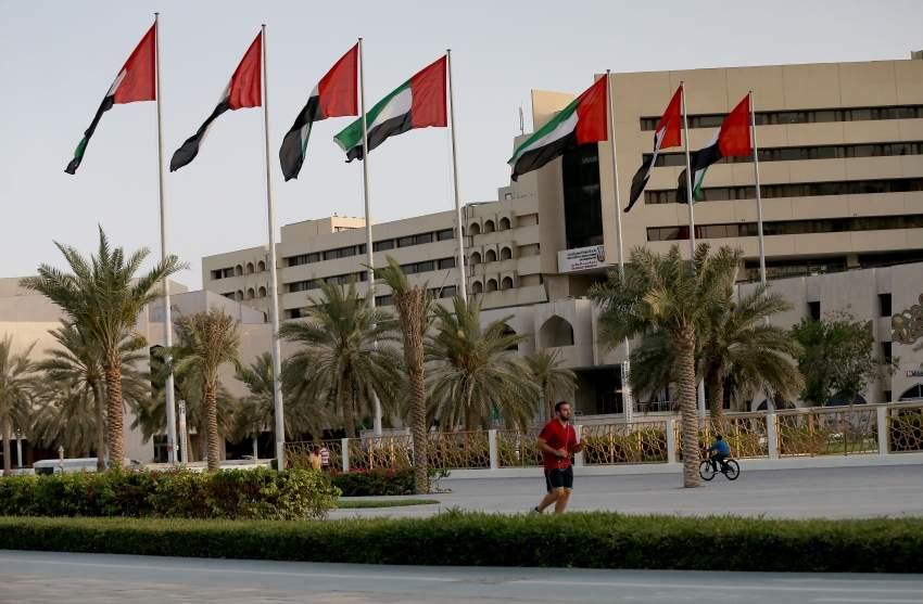 يمارس رياضة المشي امام مبنى البلدية في ابوظبي