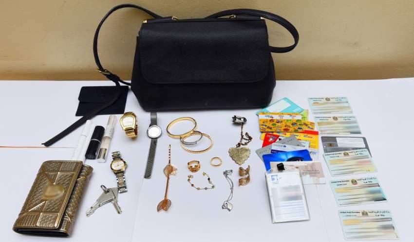 شرطة الشارقة تلقي القبض على سارقة حقائب نسائية