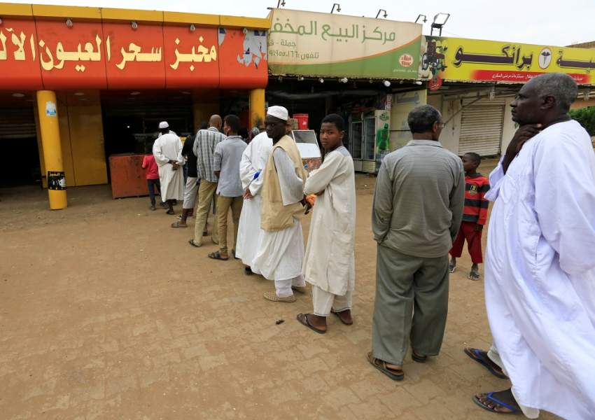 سودانيون بانتظار الخبر في ثالث أيام الإضراب. (رويترز)
