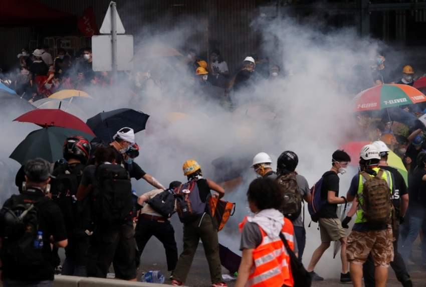 الشرطة تطلق الغاز المسيل للدموع على المحتجين في هونغ كونغ. (رويترز)