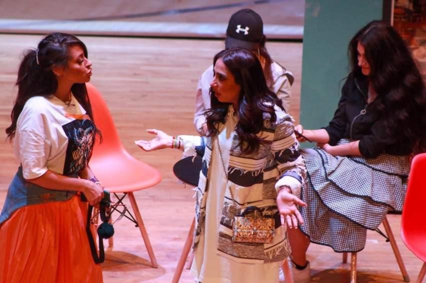 أمل محمد خلال مشهد من مسرحية «ترترونا وراهم». (الرؤية)