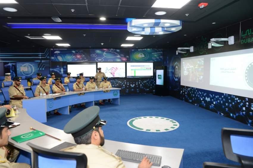 القائد العام لشرطة دبي خلال تفقده مركز المرقبات. (الرؤية)