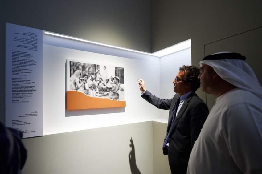 أحد الأعمال الفنية المشاركة في معرض «لئلا ننسى» بأبوظبي. (الرؤية)