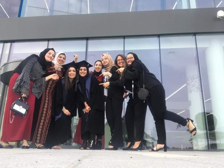 بسمة نايف وصديقاتها الخريجات