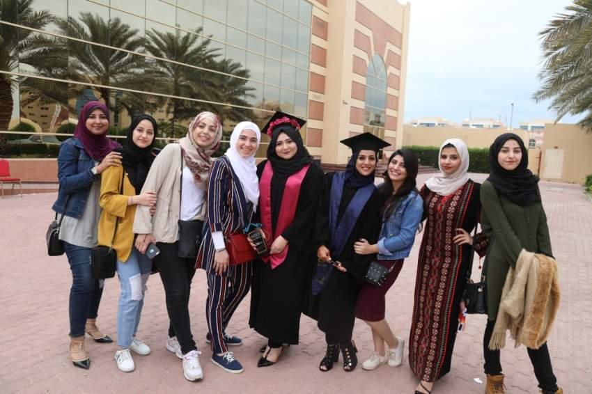 مرفت احمد وصديقاتها بحفل التخرج