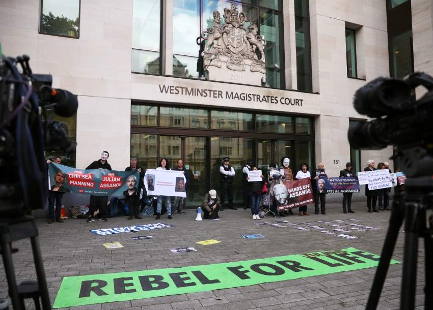 مناصرون لاسانج خارج محكمة ويستمنستر في لندن رويترز