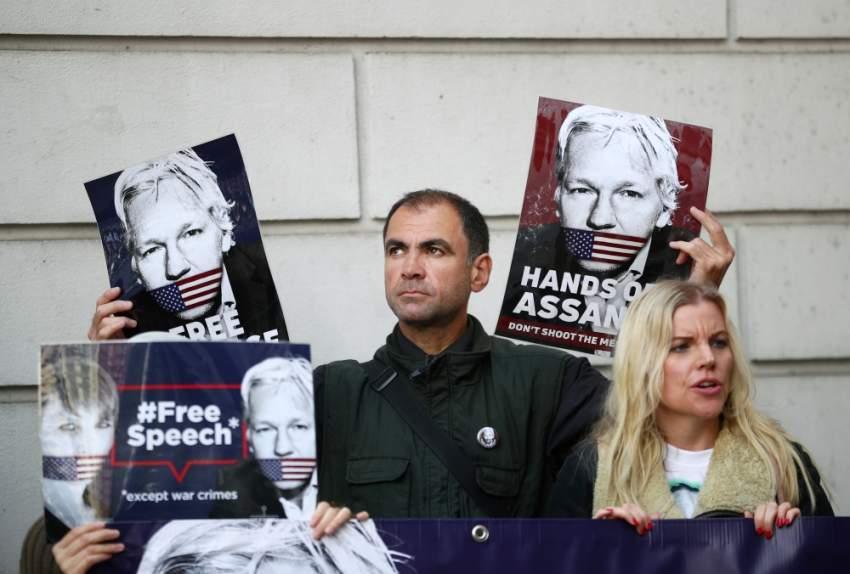 مناصرون لأسانج خارج محكمة ويستمنستر في لندن. (رويترز)