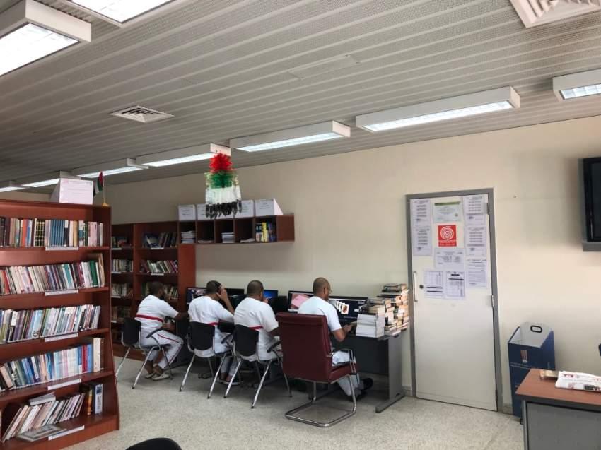 المكتبة توفر مختلف العناوين التي يطلبها النزلاء داخل المؤسسة وخارجها عبر اشتراكها مع مكتبة دبي. (الرؤية)