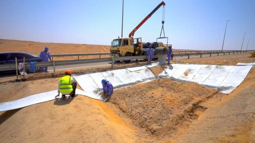 بلدية مدينة العين تنفّذ تجربة استخدام تقنية القماش الخرساني في مشاريع الطرق