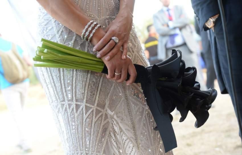 العروس اختارت مسكة مميزة باللون الأسود