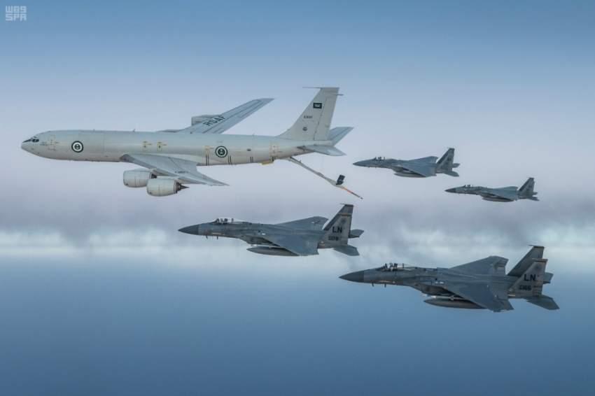 طائرات سعودية وأمريكية من نوع (ف-15 سي) تحلّق في تشكيل مشترك على منطقة الخليج العربي. (واس)