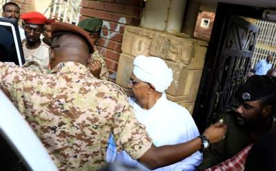 عمر البشير أثناء مثوله أمام نيابة مكافحة الفساد بالخرطوم. (رويترز)