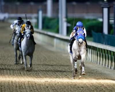 من سباق كأس رئيس الدولة للخيول العربية الأصيلة في مضمار تشرشل داونز الرملي بمدينة لويسفيل بولاية كنتاكي. (الرؤية)