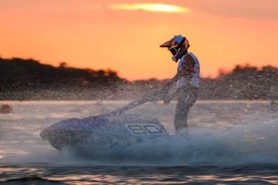 رايتير على متن دراجة فيكتوري تيم 90 في بحيرة نييرغيهازا (الرؤية)