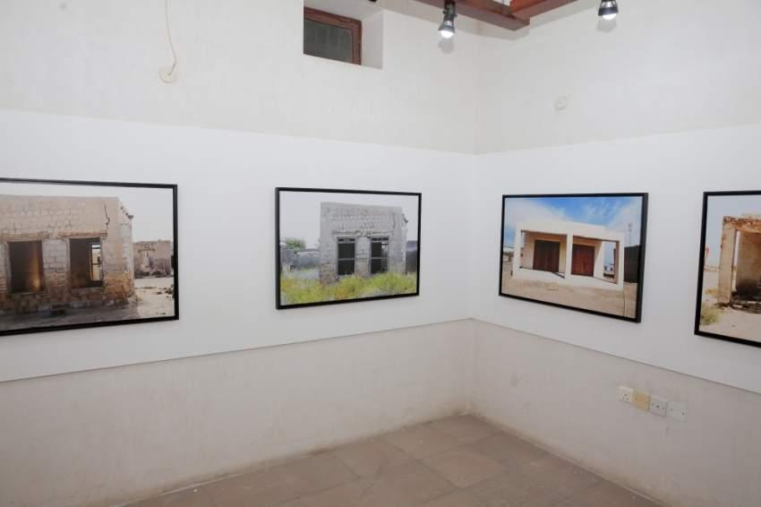 جانب من الأعمال الفنية ضمن معرض «عشرة».