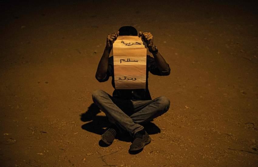 متظاهر سوداني وسط الخرطوم. (أ ف ب)