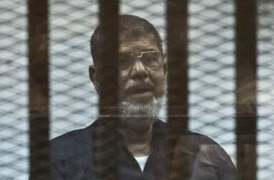محمد مرسي أثناء المحاكمة. (أ ف ب)