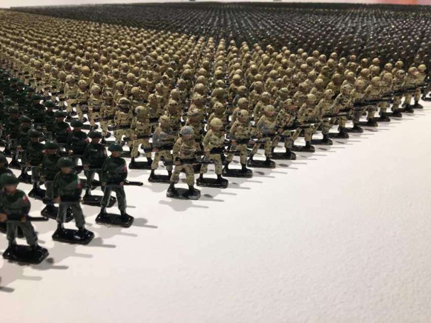 تكوين «جنود من حديد» يضم 12261 تمثالاً معدنياً مصغراً. (الرؤية)