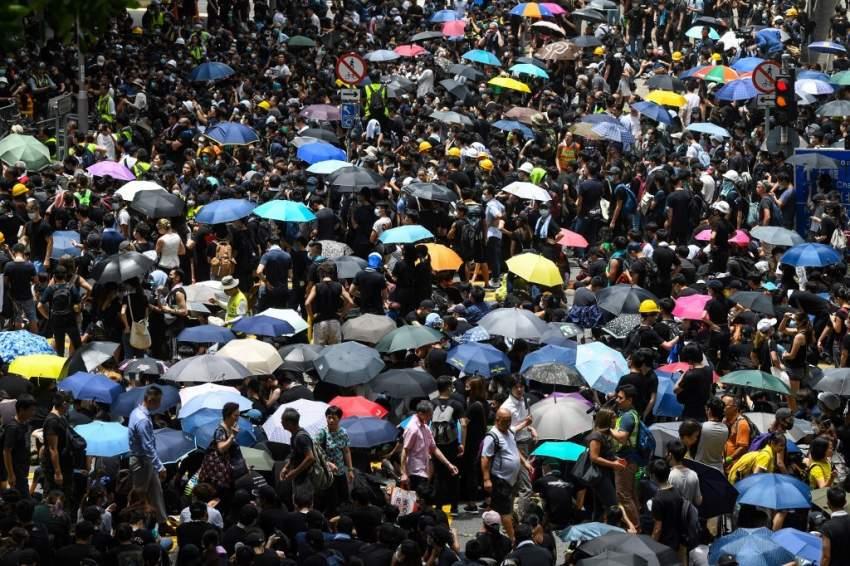 محتجون متشحون بالسواد يطالبون هونغ كونغ بسحب مشروع قانون التسليم