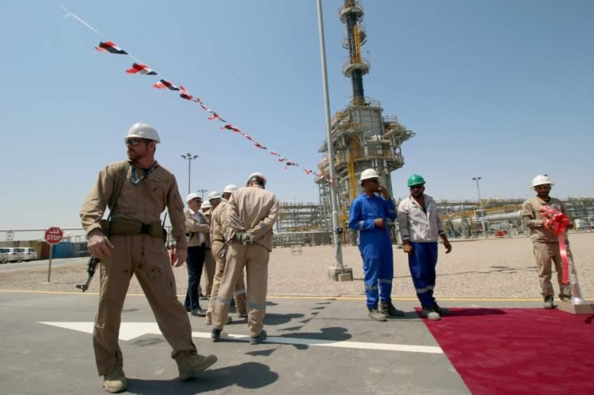 موظفون أجانب في شركة إكسون موبيل في حقل القرنة جنوب العراق. (رويترز)