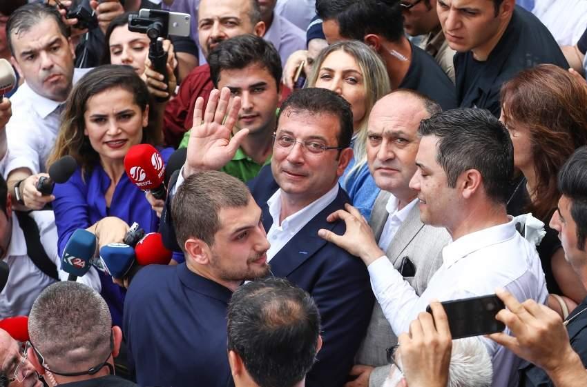اكرم امام اوغلو الفائز بانتخابات بلدية اسطنبول يحيي انصاره بعد اعلان النتائج امس إي بي أية