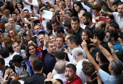 أنصار أكرم إمام أوغلو عمدة إسطنبول الجديد يلتفون حوله احتفالاً بفوزه على مرشح الحزب الحاكم أمس. (رويترز)