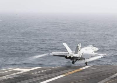 طائرة تقلع من سطح حاملة الطائرات الأمريكية (إبراهام لينكولن) في بحر العرب. (إي بي إيه)