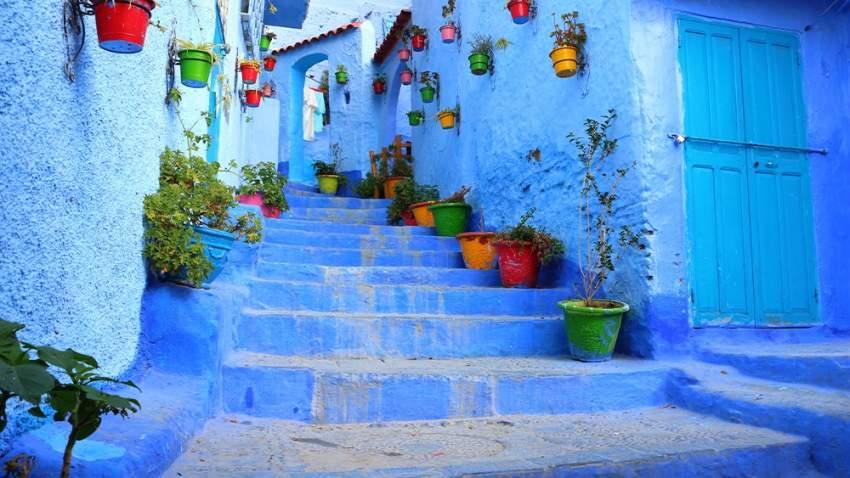اختلفت الروايات عن السر وراء صبغ البيوت باللون الأزرق