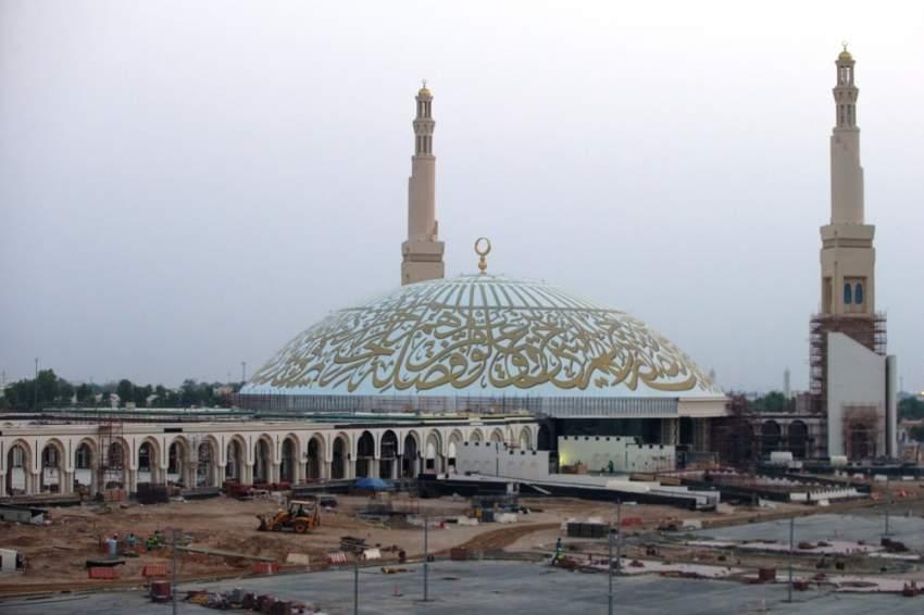 المسجد يشغل مساحة 256 ألفاً و680 متراً مربعاً. (الرؤية)