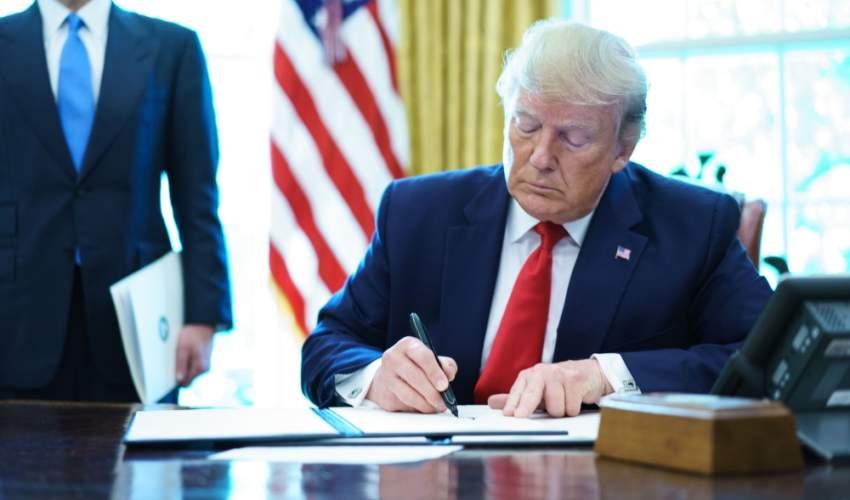 ترامب لدى توقيعه أمراً تنفيذياً بفرض عقوبات جديدة على إيران. (أ ف ب)