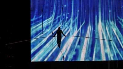 المغامرين مشيا على حبل مشدود على ارتفاع 25 طابقا في ساحة تايمز سكوير في نيويورك