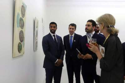 المعرض يقدم أبياتاً شعرية تعكس المعاني المختلفة «للكنز» في الأدب العالمي. (الرؤية)
