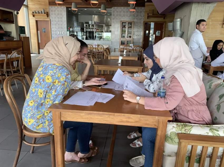 مجموعة من طلبة الصيدلة يجتمعون للدراسة في أحد المقاهي