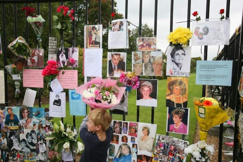 هزّ خبر موت ديانا المفاجئ وغير المنطقي العالم أجمع، وأقيمت الجنازة في كنيسة ويستمنستر ونقلت على التلفاز مباشرة، ودفنت لاحقًا في أحد الأماكن التابع لعائلتها